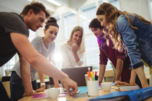 Graphic designers in a meeting at the office - Diseñado por Freepik